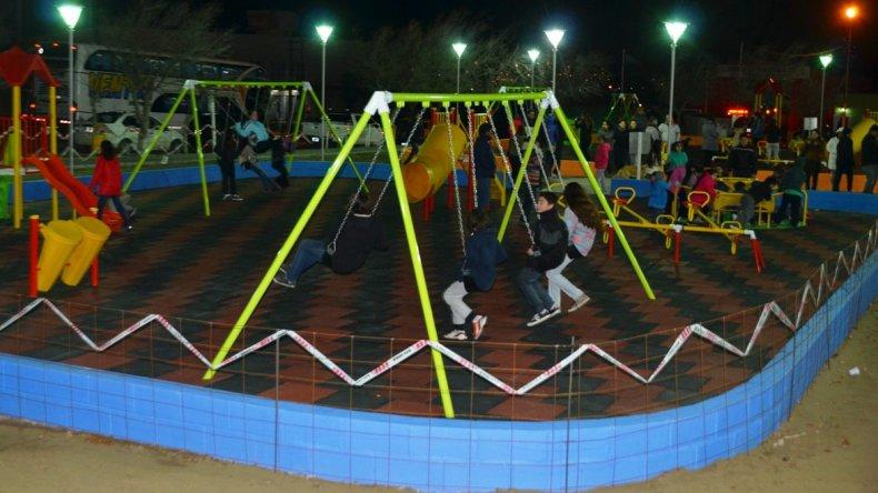 Decenas de niños de Cañadón Seco ya comenzaron a disfrutar de los flamantes juegos de la plaza Compadres de la Independencia.