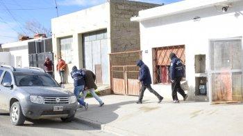 El momento en que los dos detenidos son sacados por la Brigada de Investigaciones de la vivienda de La Floresta en la que residían desde el domingo por la noche cuando un grupo de vecinos intentó lincharlos en Caleta Córdova.