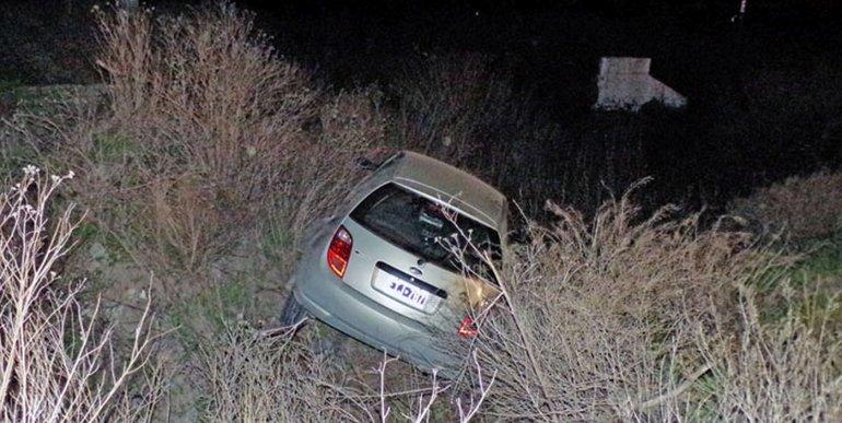 Cayó con su auto a un zanjón de unos dos metros de profundidad. Foto: Radio 3 Cadena Patagonia.