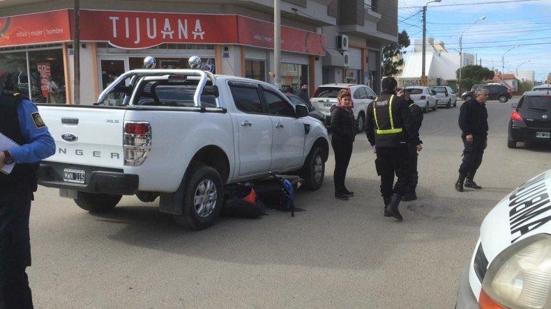 Un motociclista fue embestido y quedó debajo de una camioneta.Foto: El Comodorense.