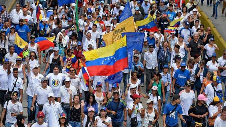 Opositores demandaron una fecha para el referendo revocatorio del presidente Maduro.
