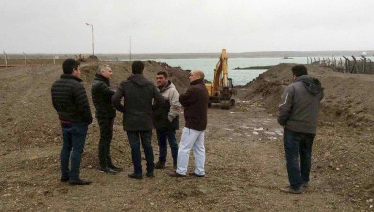 Funcionarios de la Unidad Ejecutora Portuaria entregaron material eléctrico a directivos del puerto Caleta Paula.