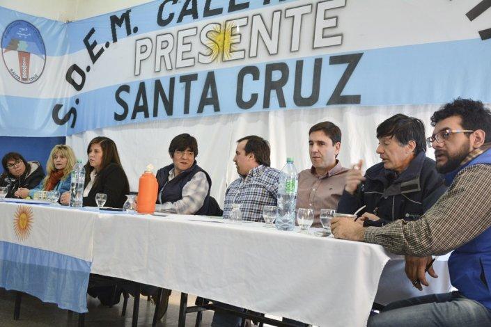 Dirigentes y delegados del SOEMCO recibieron ayer en su sede a los concejales para dialogar sobre el conflicto municipal.