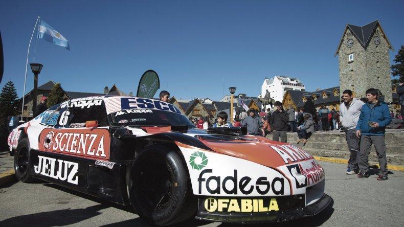El Chevrolet de Guillermo Ortelli exhibiéndose ayer en Bariloche.