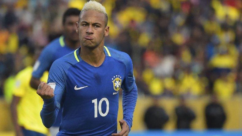 El brasileño Neymar festeja su gol que le convirtió anoche de penal a Ecuador.