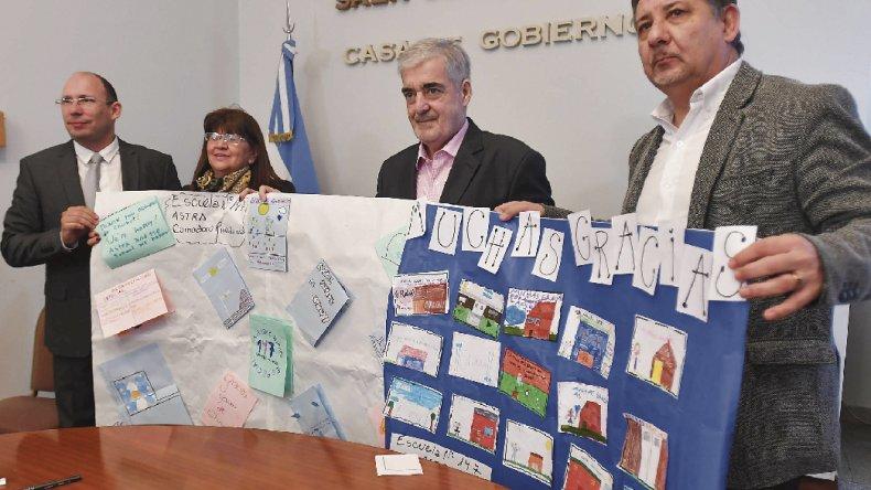 El gobernador firmó ayer el contrato para la ampliación de la Escuela 147 de Astra.