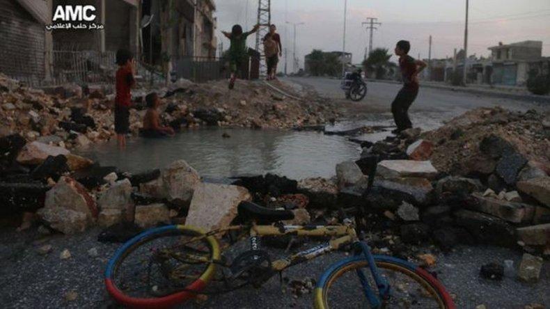El cráter que se llenó de agua se formó luego de los bombardeos de la lucha entre las fuerzas del gobierno sirio y las de los rebeldes.