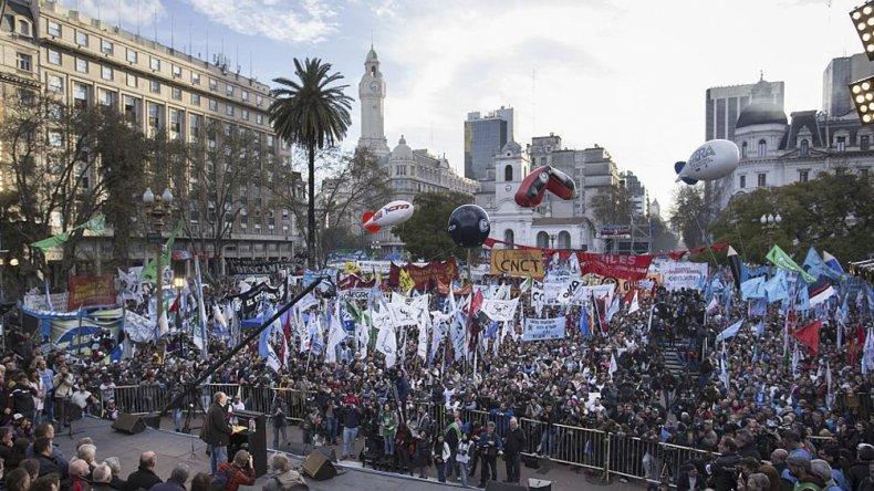 Gran presencia de manifestantes contra el Gobierno de Macri.