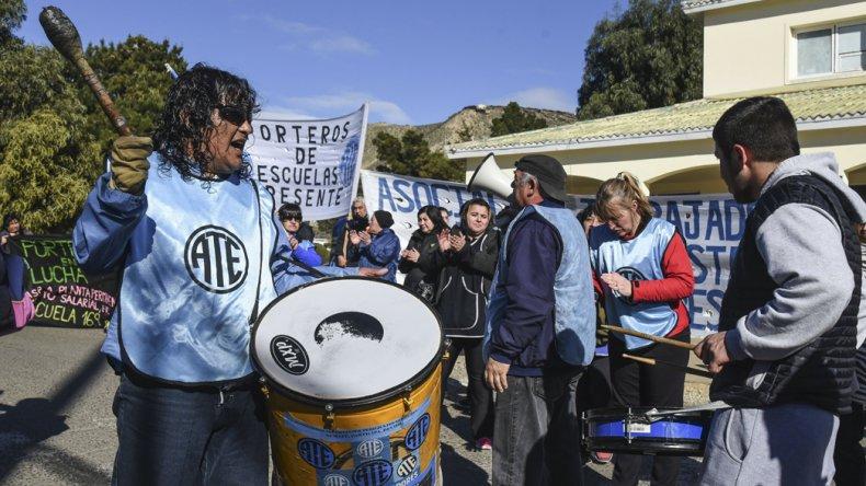 Cerca de 100 trabajadores de la educación se manifestaron por el CERET y luego por la ruta Nacional 3 hasta el municipio.
