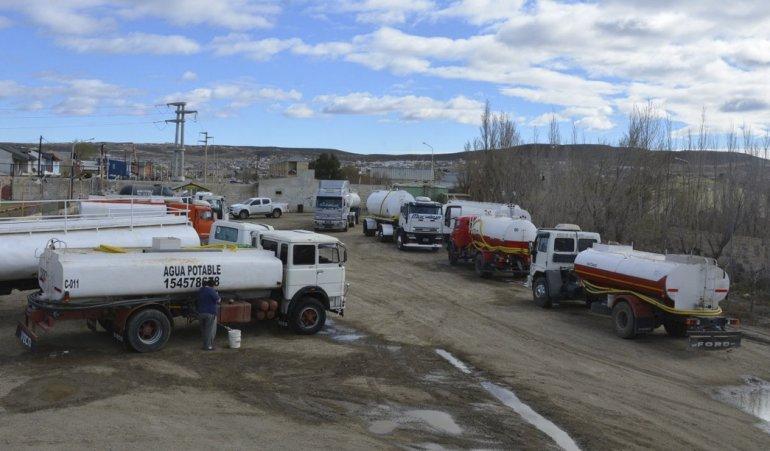Choferes de camiones aguateros aguardan su turno desde hace al menos dos días en el cargadero municipal.