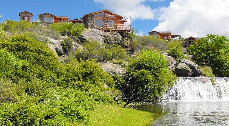 Los alrededores cuentan con hermosa vegetación y la oferta hotelera es grande.