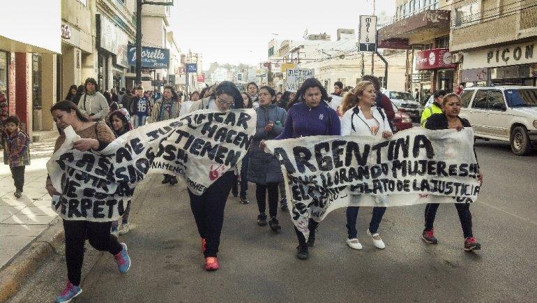 Medio centenar de personas marcharon por el centro para volver a pedir la ley de emergencia de género y cárcel para Mario Díaz.
