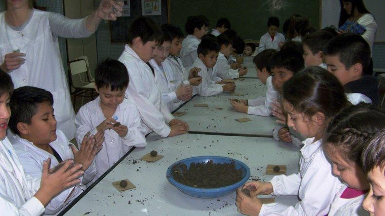 Los talleres que ofrece el Ministerio de Ambiente y Control del Desarrollo Sustentable se desarrollan en diferentes escuelas de la provincia en busca de concientizar sobre el cuidado del medio ambiente.