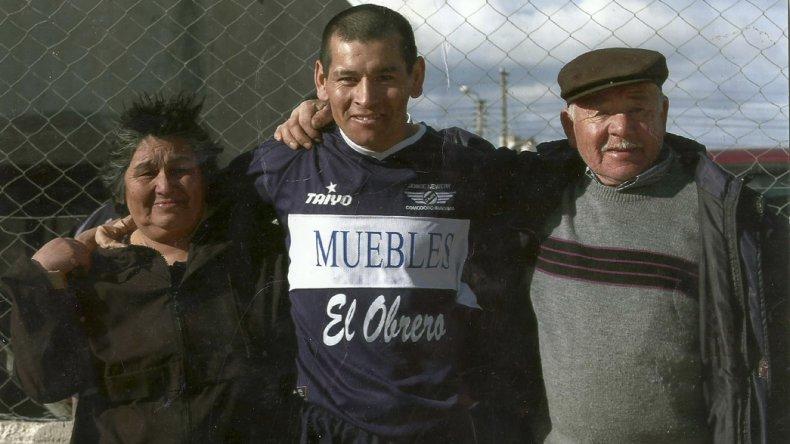 La China con la camiseta del Lobo junto a sus padres Margarita y Eleazar.