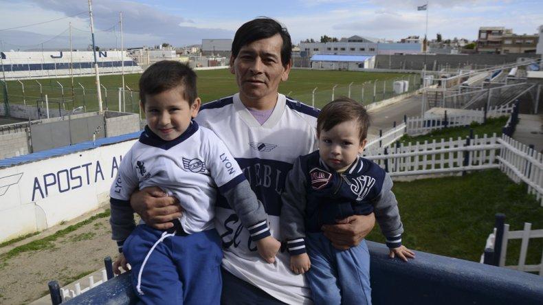 Juan Carlos Loncón con Leonel y Noah en el club Jorge Newbery.