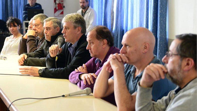 La mesa que presidió el encuentro que se realizó en Esquel.