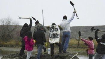 Integrantes de la Unión de Asambleas Patagónicas a mediados del mes pasado en el cauce del falso río Senguer.