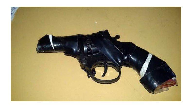 Detuvieron a dos sospechosos con la réplica  de un arma afuera de una agencia de quiniela