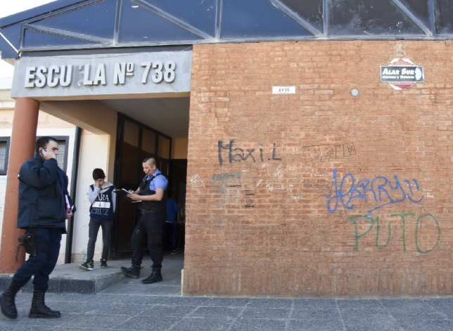 La policía examina el edificio en el cual los delincuentes arrancaron rejas e ingresaron por la ventana de la sala de informática de la Escuela 738.