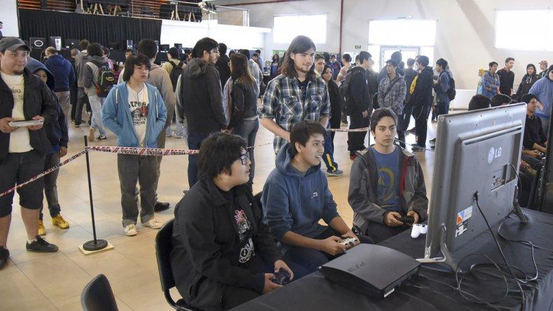 La primera convención de videojuegos VersuXGames se realizó ayer ante un gran marco de público que colmó las instalaciones del Centro Cultural.