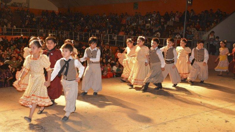 Diversos cuerpos de danzas del CEMEPA se presentaron sobre el escenario Emilio González.