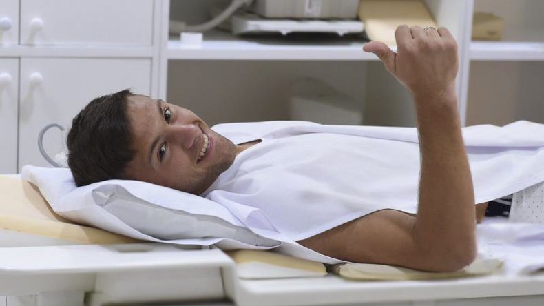 Denis Rodríguez saluda durante la revisación médica que se realizó ayer en horas de la mañana.