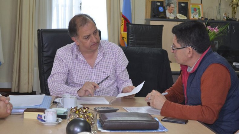 Linares con uno de los veteranos que en octubre viajarán a Malvinas. El intendente habló de la interna del PJ y de la delicada situación económica.