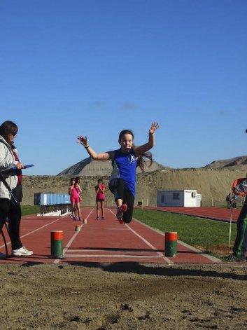 Una de las niñas en plena prueba de salto en largo.