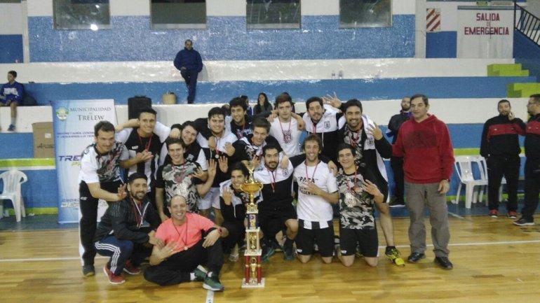 Los muchachos de Nueva Generación festejan un nuevo título provincial de balonmano.