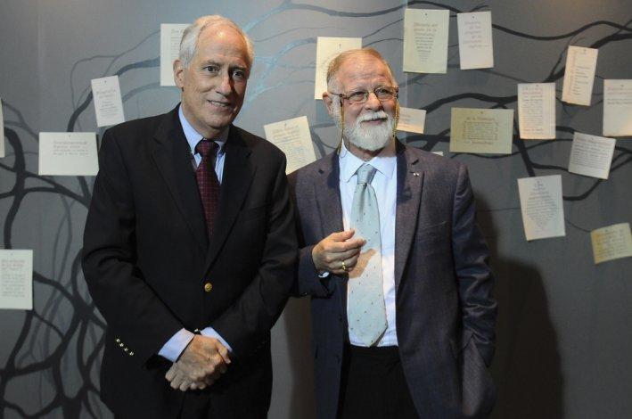 Robert Darnton junto al director de la Biblioteca Nacional
