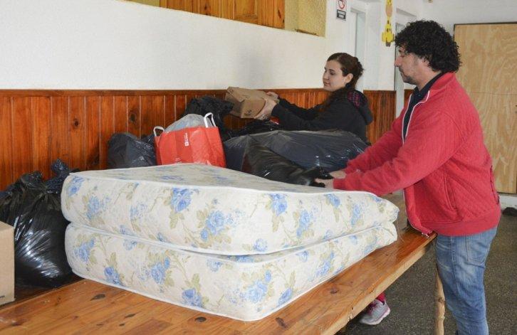 Vanesa Muñoz y Juan Pablo Sotomayor recibieron las donaciones en la Unión Vecinal del barrio Mar del Plata.