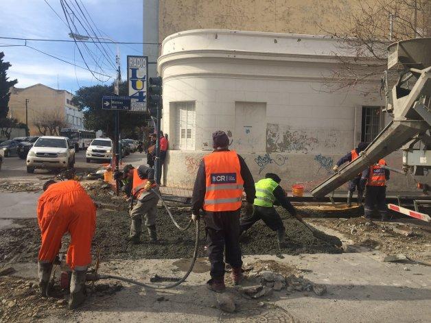La Municipalidad termina haciéndose cargo de la reparación de numerosas calzadas que rompe la SCPL por pérdidas de agua y cloacas.