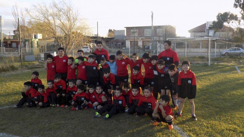 Los nenes de la escuelita infantil con los colores del Aguilucho a pleno en el campo de juego donde entrenan.
