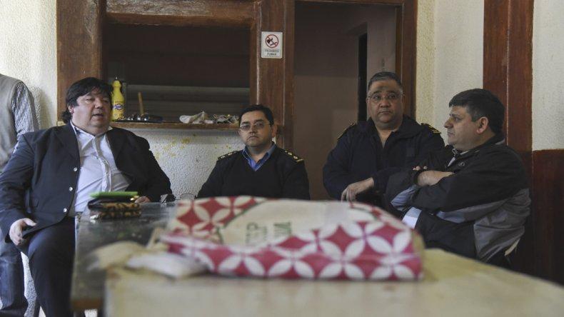 Los funcionarios escucharon los reclamos y los comisarios comprometieron un mayor recorrido policial por el sector.