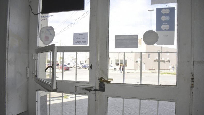 Desde ayer en la farmacia atienden a través de una ventanilla luego del violento robo.