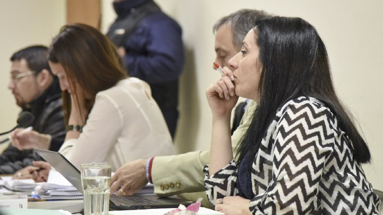 Los acusados junto a sus defensores. Los primeros policías que tomaron intervención durante el homicidio de Domingo Expósito Moreno y el médico que constató su fallecimiento declararon ayer en la segunda jornada del juicio.