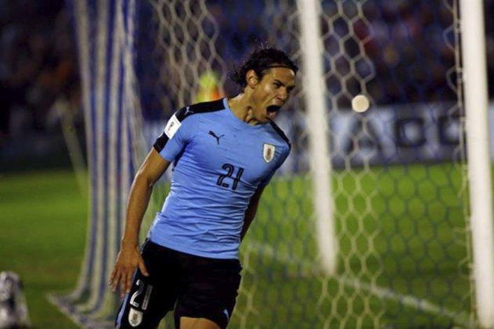 Edison Cavani festeja el primer gol en el triunfo uruguayo ayer ante Paraguay.