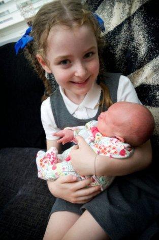 Sexagenario casi mata a golpes a una bebé porque pensaba que era un muñeco