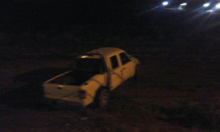 Una Ford Ranger volcó esta madrugada en cercanías a la cancha del club Laprida.Foto: Twitter Pablo Molina.