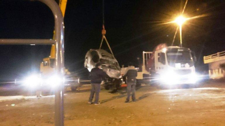 Un auto cayó a la costa al pasar de largo en avenida Ducós