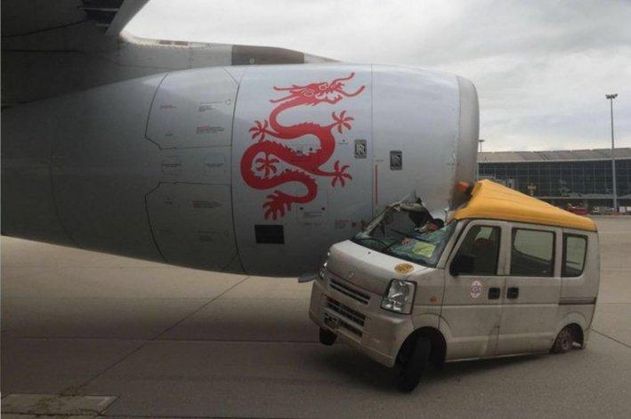 Un auto  chocó un avión en el aeropuerto de Hong Kong
