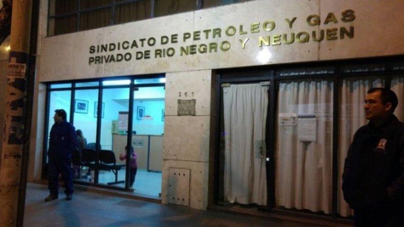 La familia de Lucero pasó la noche en la sede del sindicato. Foto: cutralcoalinstante.com