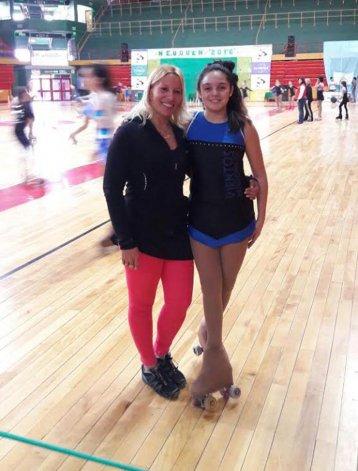 La patinadora Bianca Soto junto a su entrenadora María Eugenia Tornatore.