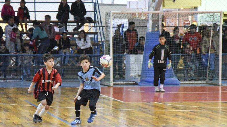 Los chicos se preparan para jugar una nueva jornada de la Copa Alexis Cabrera de fútbol de salón.