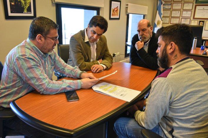 Una de las reuniones que el ministro de la Producción y su equipo mantuvieron ayer en Comodoro Rivadavia.