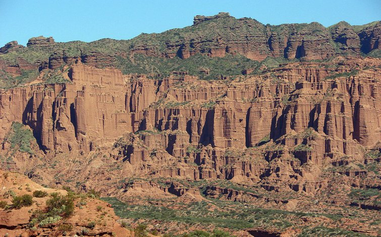 Las sierras ofrecen un imponente paisaje de muros estratificados con numerosos tonos rojizos.