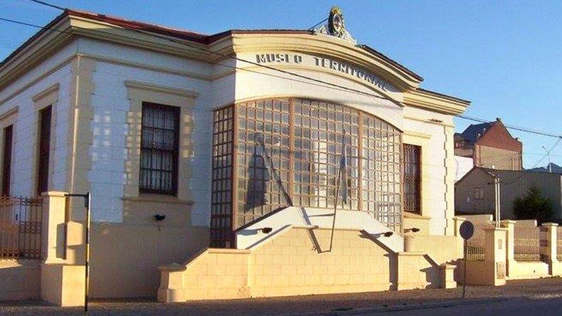 El museo permanece abierto de lunes a viernes de 10:00-17:00 y sábados de 14:00-18:00 horas.
