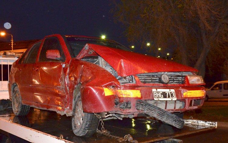 El VW Polo involucrado en el accidente es retirado y secuestrado por la policía.