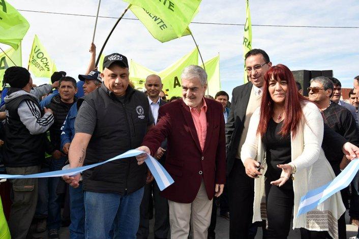 El gobernador Mario Das Neves volvió a mostrarse ayer junto al intendente de Trelew