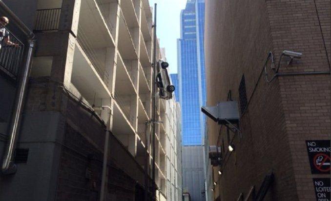 Su auto cayó a la vereda desde el sexto piso del garage y se salvó de milagro